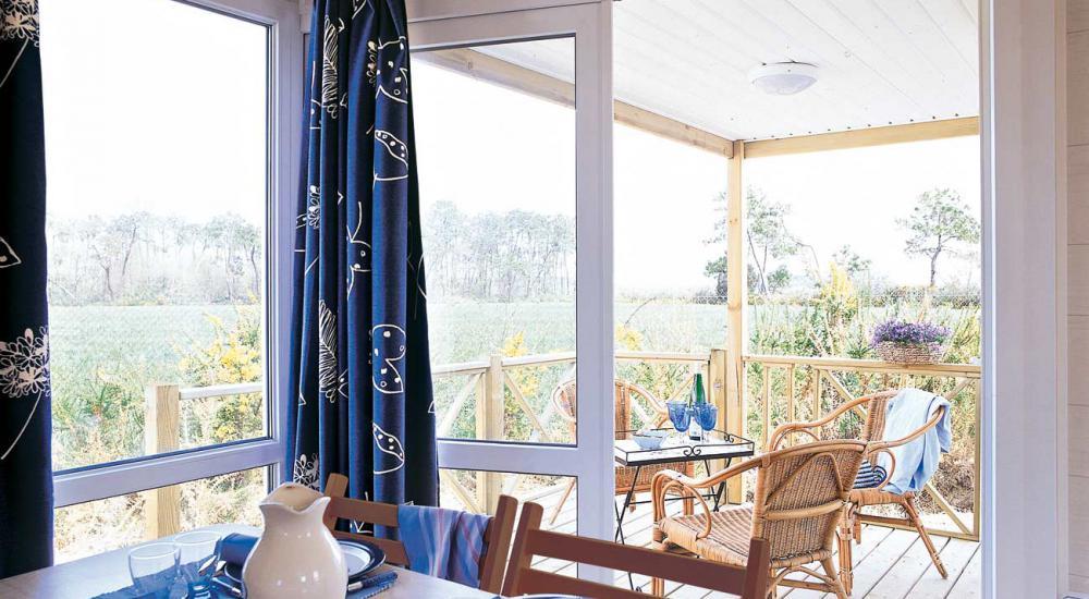Espace repas lumineux avec accès terrasse