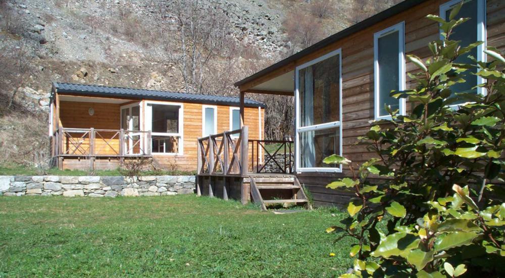 Chalet de madera con terraza.
